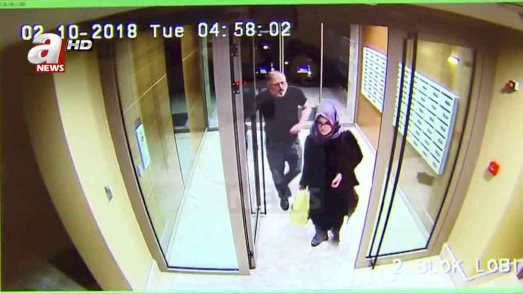 Jamal Khashoggi y su prometida, Hatice Cengiz, el 2 de octubre, día del asesinato.