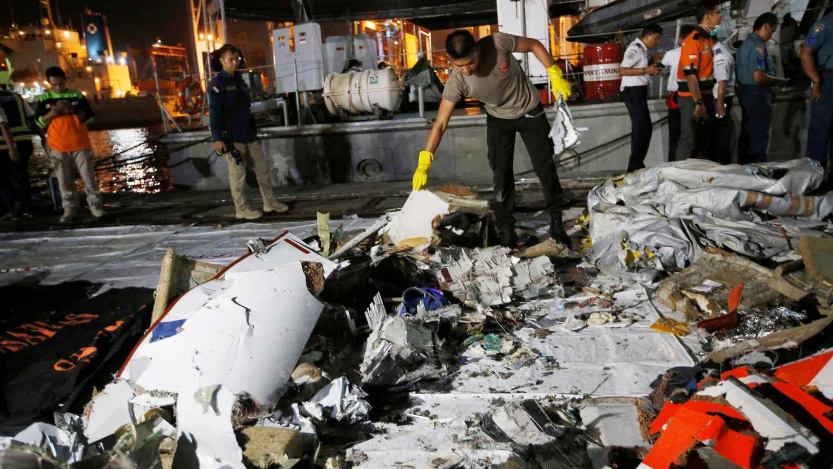Restos del avión de Lion Air estrellado en Indonesia.