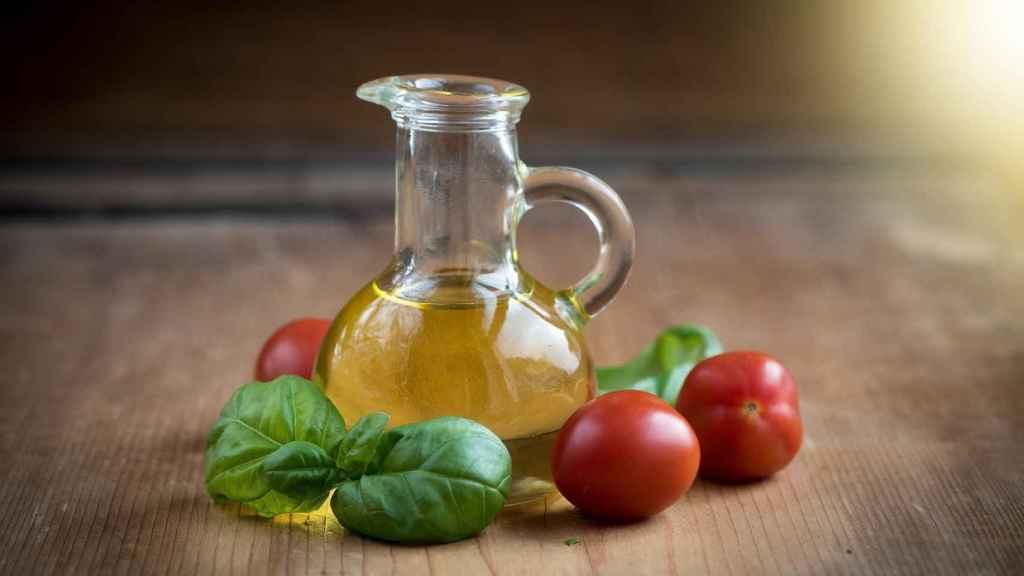 Una aceitera repleta de aceite de oliva virgen extra.