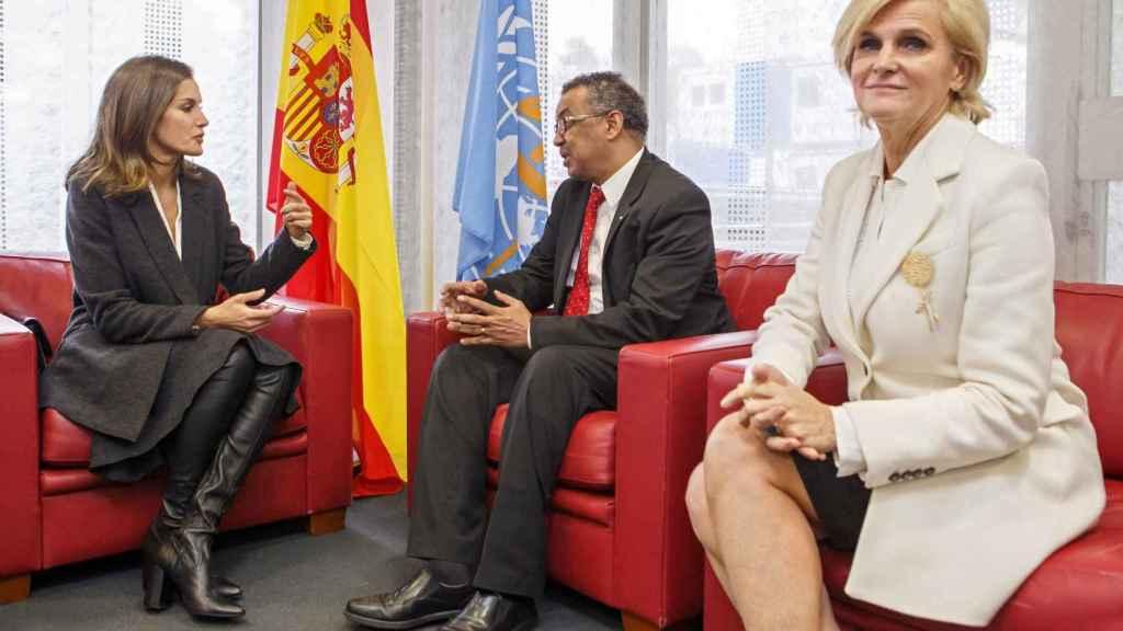 La reina hablando con el político etíope Tedros Adhanom Ghebreyesus.