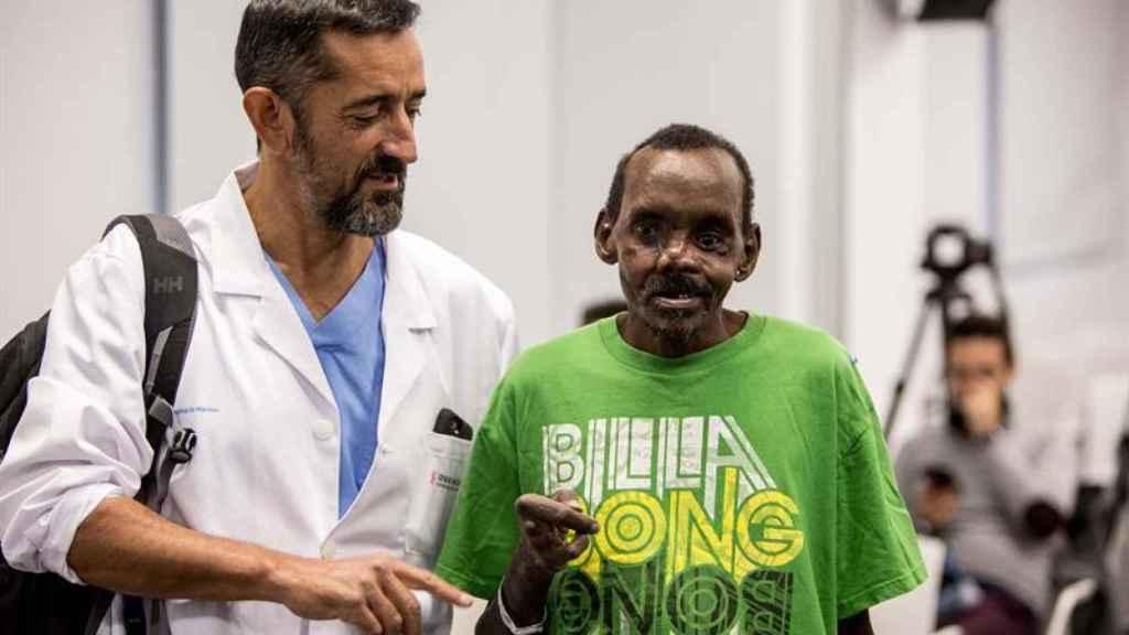 El doctor Cavadas presenta el rostro y la mano reconstruidos de Lonunuko, atacado por una hiena.