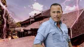 Carlos Lozano frente a la casa en un montaje.