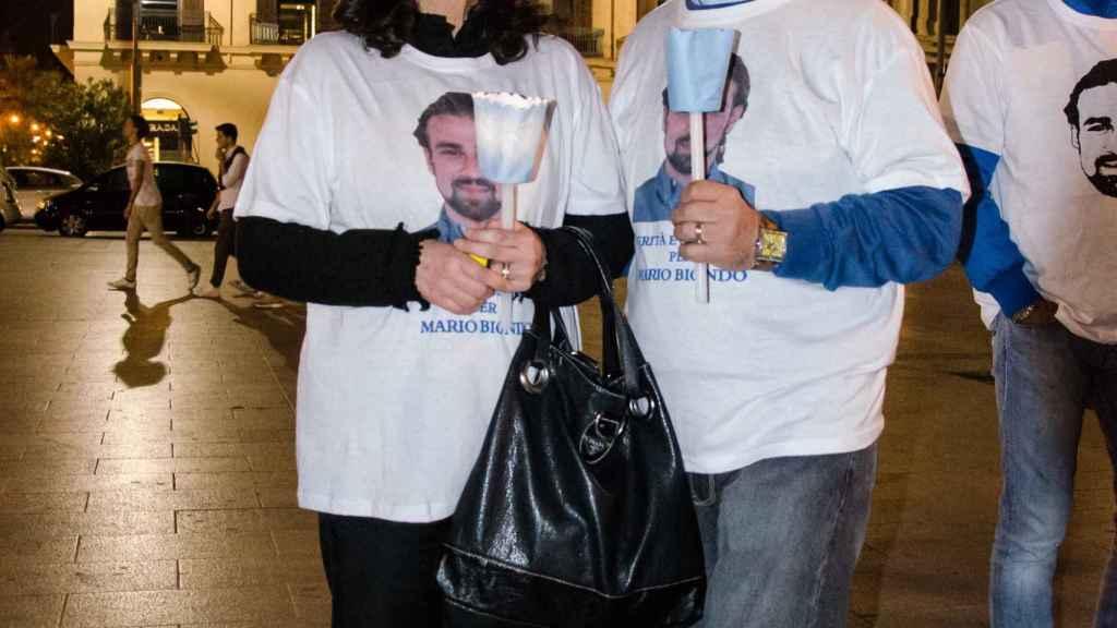 Santina y Pippo Biondo protestando por la muerte de su hijo.