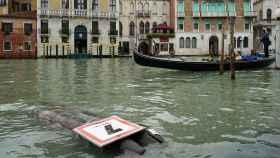 Vista de una señal derribada durante una de las tormentas que han caído sobre Venecia.