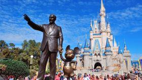 Estatua de Walt Disney y Mickey Mouse en el Disneyland de Orlando (Florida).