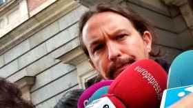 Pablo Iglesias atiende a la prensa en el patio del Congreso.