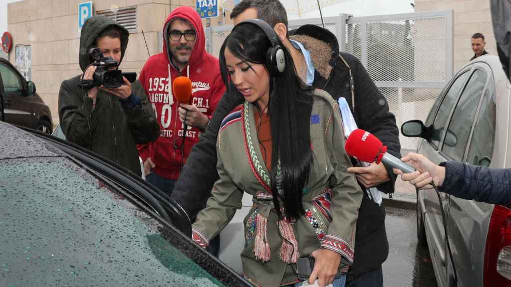 Aurah Ruiz incomunicada ante las preguntas de la prensa.