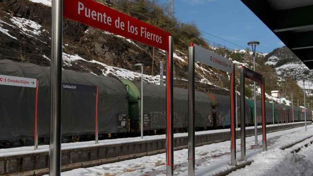 La acumulación de nieve ha interrumpido el tráfico ferroviario entre Asturias y León.