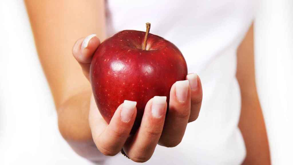 Una joven que ha pasado mucha hambre tras someterse a la dieta de la manzana.
