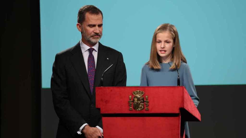 Leonor junto a su padre pronunciando sus primeras palabras.