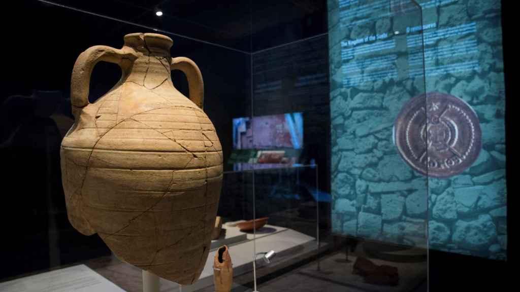 Ánfora para vino del Mediterraneo oriental hallada en Galicia, lo que demuestra las conexiones culturales entre ambos extremos.