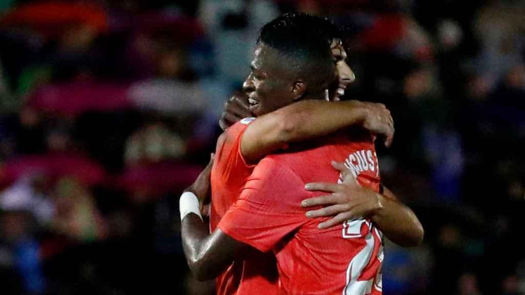 Asensio y Vinicius celebran un gol del español