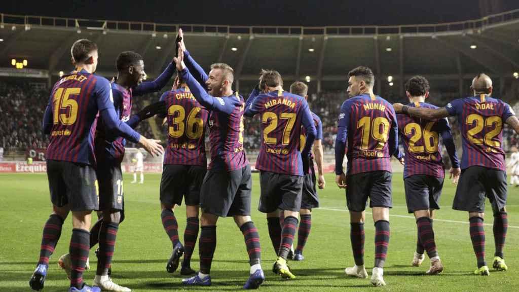 Los jugadores del Barcelona celebran el gol ante la Cultural Leonesa conseguido en el partido de ida