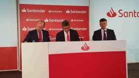 Juan Manuel Cendoya, DIRCOM del Santander; José Antonio Álvarez, CEO del grupo y José García Cantera, director financiero.