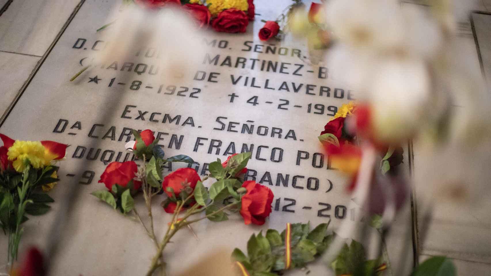 Las flores frescas se amontonaban sobre el nicho de la familia Franco.
