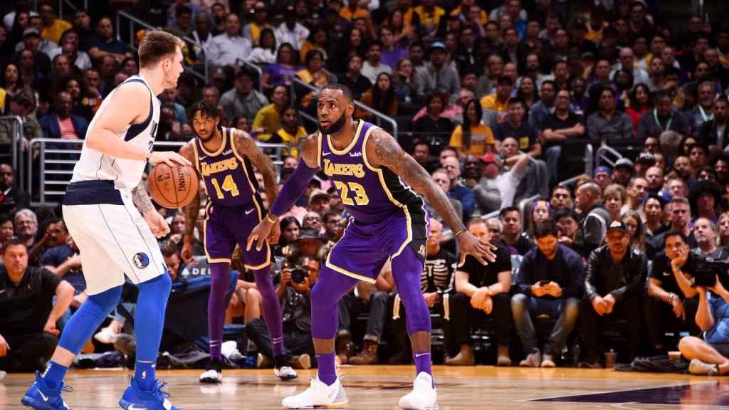 Luka Doncic ante LeBron James. Foto: mavs.com
