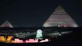 La Gran Esfinge de Guiza se ilumina frente a las Grandes Pirámides durante un espectáculo.