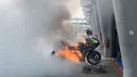 La Suzuki de Álex Rins, en llamas en el 'pit lane' del circuito de Sepang.