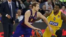 Jaka Blazic bota el balón ante la defensa de un jugador de Maccabi