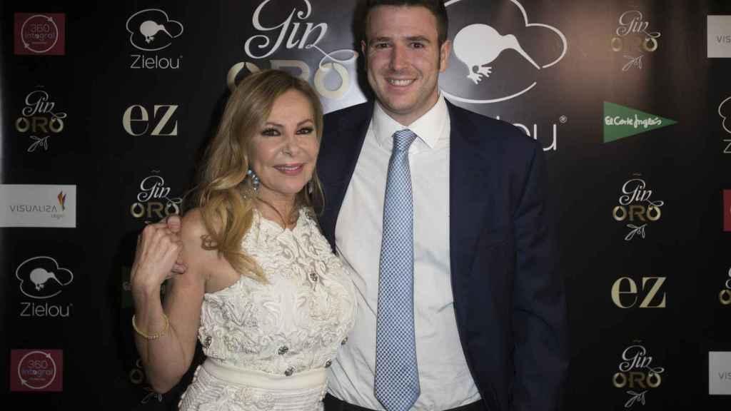 La actriz y su hijo Álex en imagen de archivo.