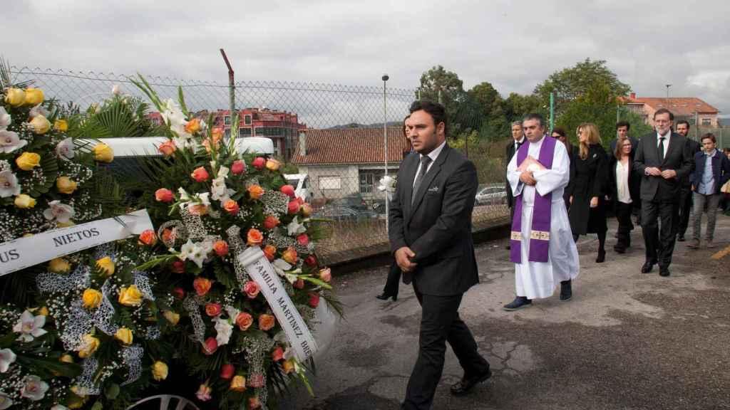 Rajoy sigue el coche fúnebre con los restos mortales de su padre a la salida del tanatorio.