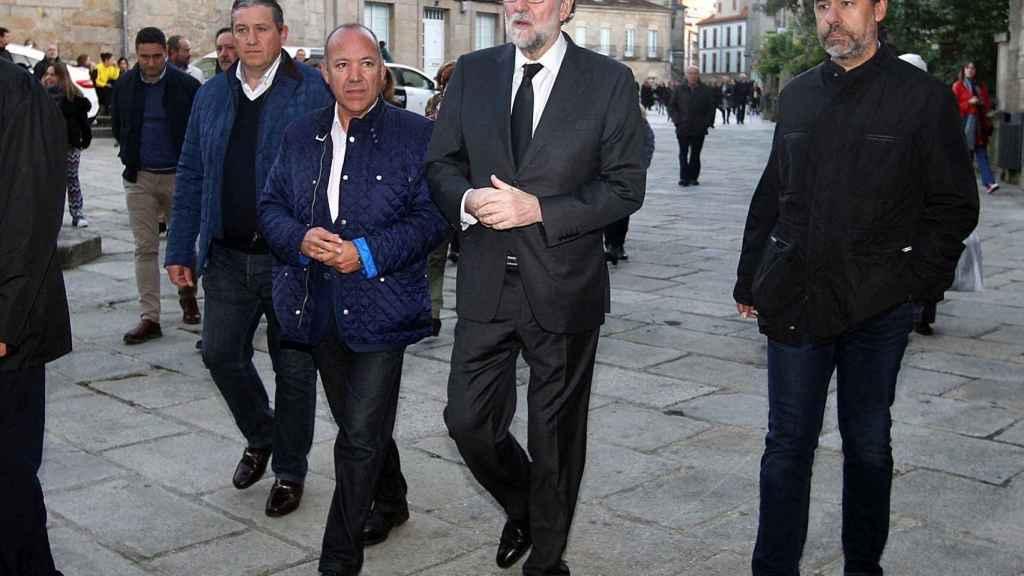 Mariano Rajoy a las puertas de la basílica de Santa María, en Pontevedra, antes del funeral de su padre.