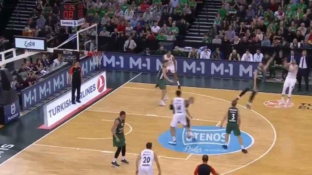 Rudy tirando un triple contra el Zalgiris. Foto: Twitter (@MovistarBasket)