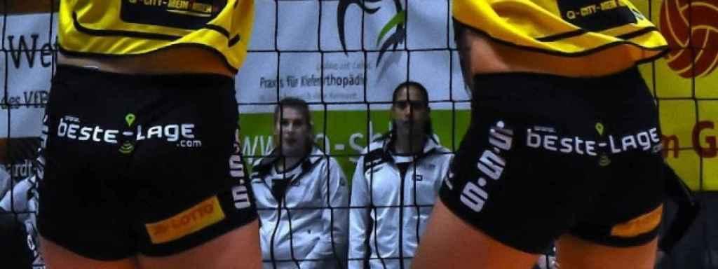 Publicidad en los pantalones cortos de las jugadoras de voleibol