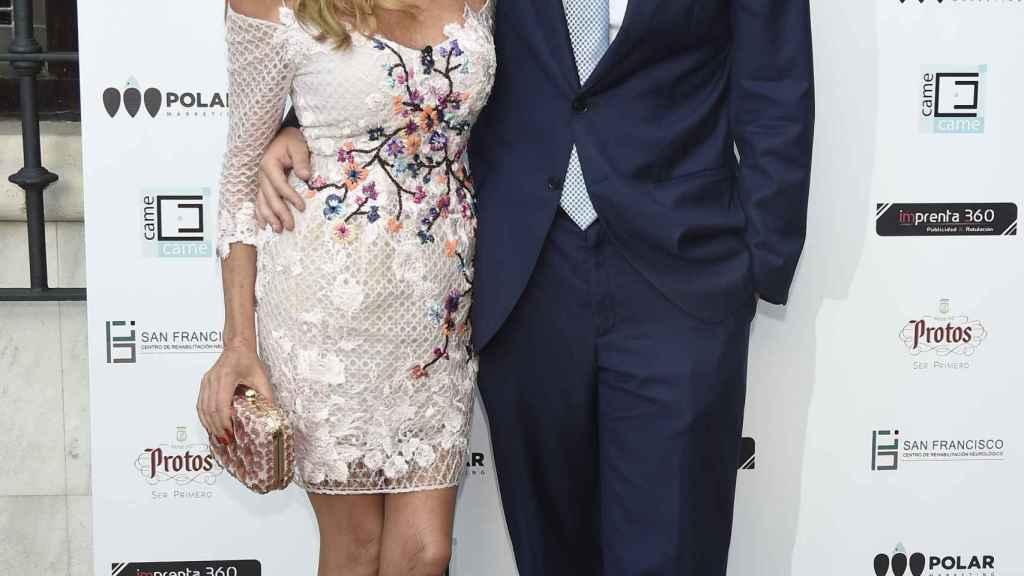 Ana García Obregón junto a su hijo Álex Lequio.