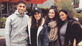 Hiba Abouk y Achraf Hakimi junto a dos amigas en Dortmund.