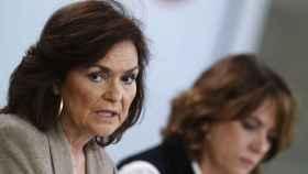 Carmen Calvo, junto a Dolores Delgado este viernes tras el Consejo de Ministros.