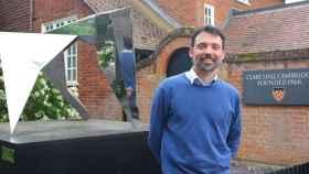 El investigador español José Hernández-Orallo, en la puerta del Clare Hall College de la Universidad de Cambridge.