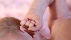 Uno de los bebés nacidos sin un brazo.