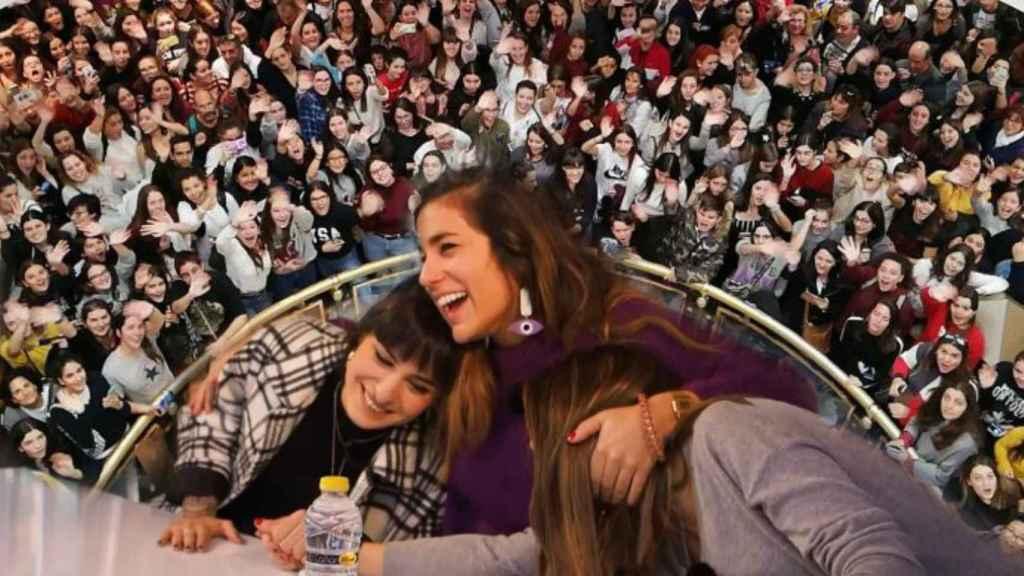 Natalia, Julia y Sabela, en la firma de discos de Zaragoza.
