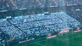 Pancarta en la Grada Fans en el Santiago Bernabéu