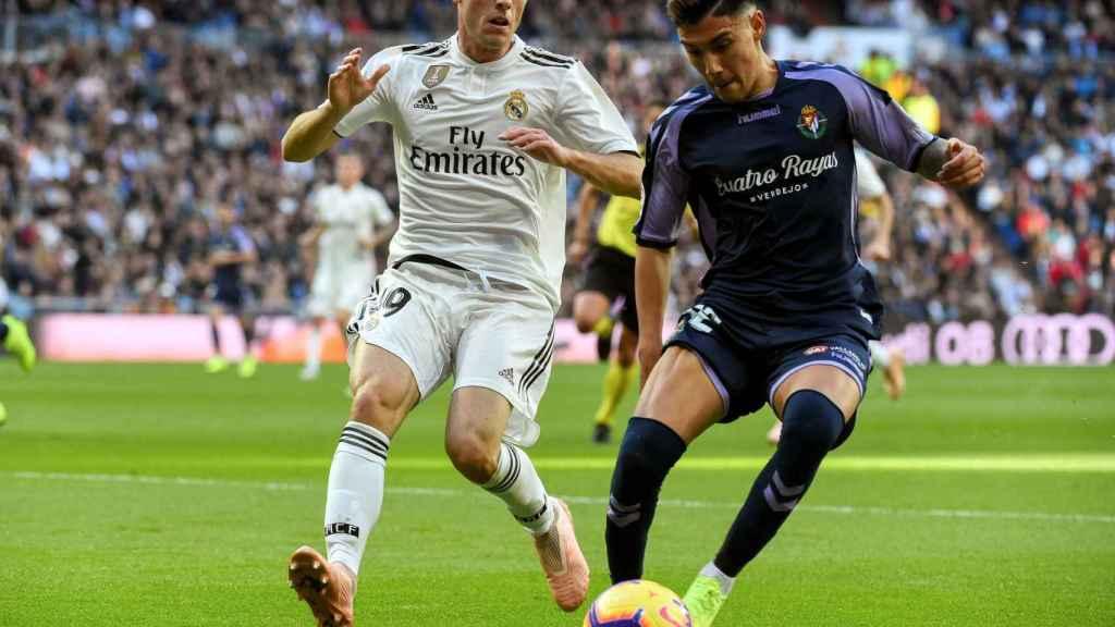 Álvaro Odriozola pelea un balón con el delantero argentino del Real Valladolid Leo Suárez