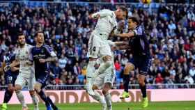 Sergio Ramos despeja el balón ante varios jugadores del Valladolid