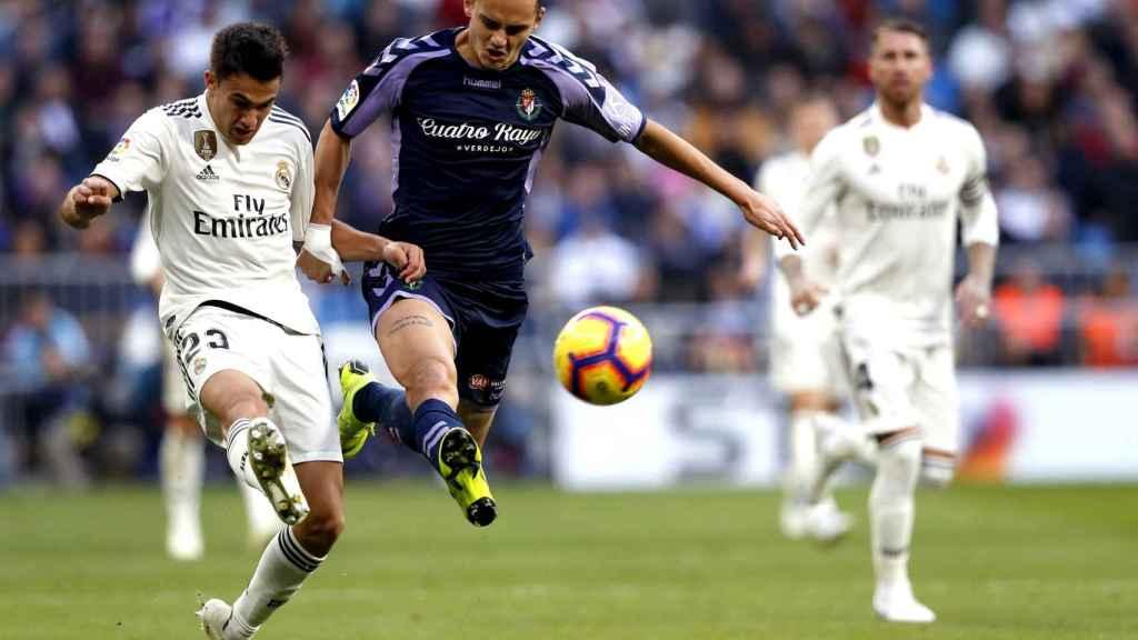 Sergio Reguilón pelea un balón con el delantero turco del Real Valladolid Enes Unal