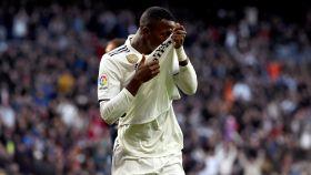 Vinicius besa el escudo de su camiseta tras el primer gol al Valladolid
