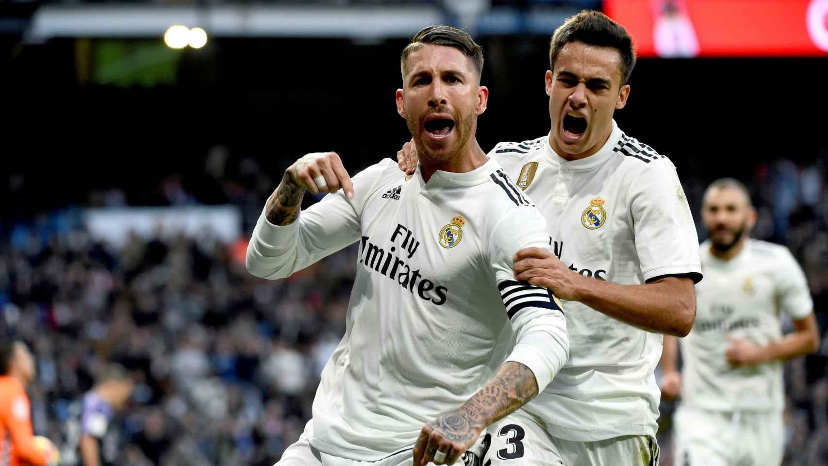 Sergio Ramos (i) celebra con su compañero Sergio Reguilón el segundo gol al Valladolid