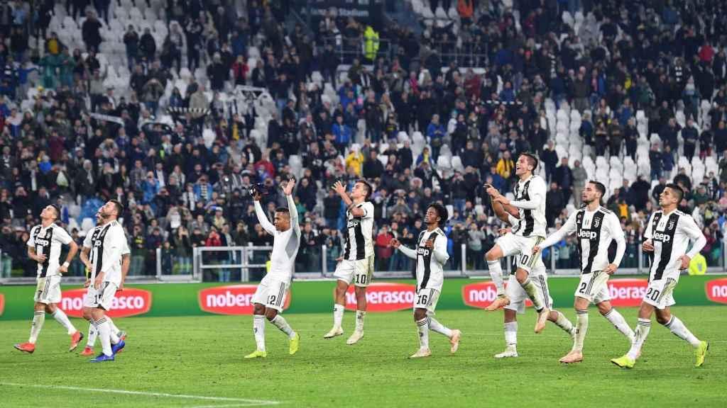 Futbolistas bianconeros saludando a su afición