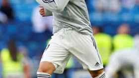 Karim Benzema durante el calentamiento en el Santiago Bernabéu frente al  Real Valladolid