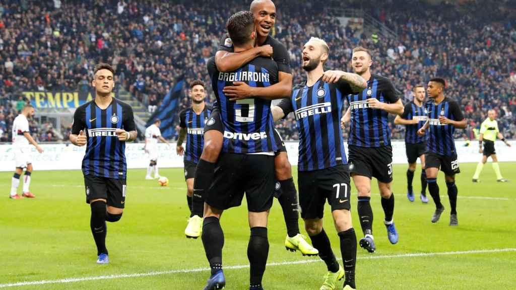 Futbolistas del Inter de Milán, club invitado, abrazándose tras un tanto