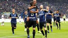 Futbolistas del Inter de Milán abrazándose tras un tanto