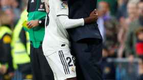 Solari abraza a Vinicius tras el gol ante el Valladolid