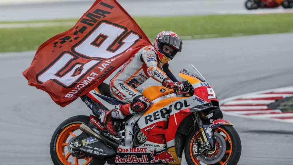 Marc Márquez celebra su victoria en el Gran Premio de Malasia, en el circuito de Sepang.