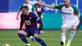 Asier Riesgo controla el balón ante Borja González