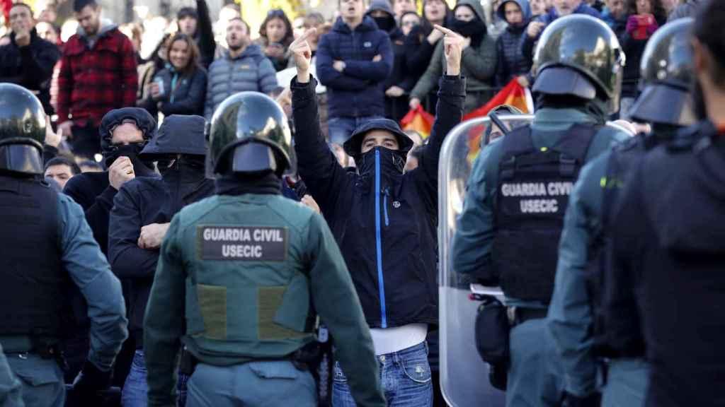 La Guardia Civil contiene a los radicales que boicoteaban el acto de España Ciudadana en Alsasua.