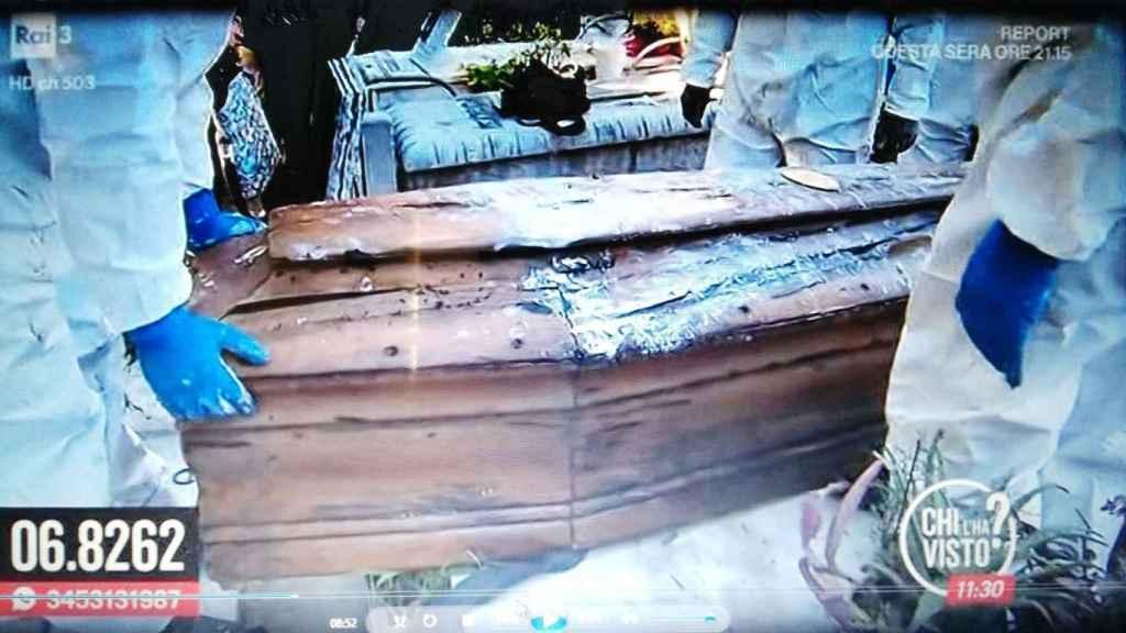 La familia Biondo en la exhumación del cadáver de su hijo.