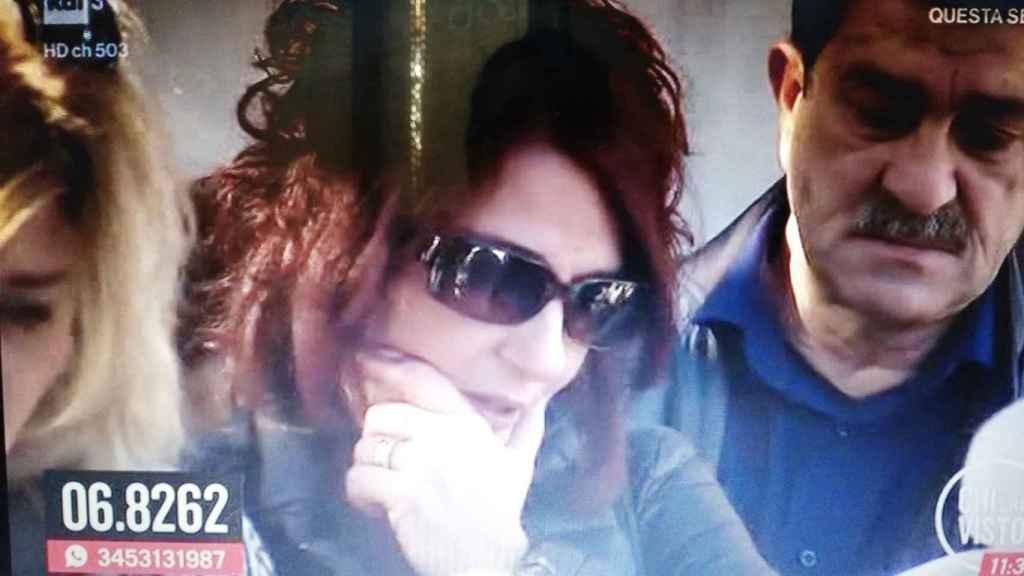 Santina D'Alessandro durante la exhumación del cadáver de su hijo este lunes 5 de noviembre.